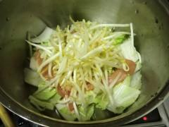 野菜と肉を入れる