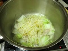 野菜と肉を煮込む
