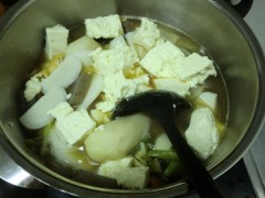 豆腐と蒲鉾を入れる